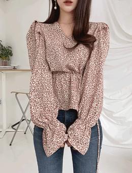 韓國空運 - Deep glance shirring trumpet sleeve wrap blouse 襯衫