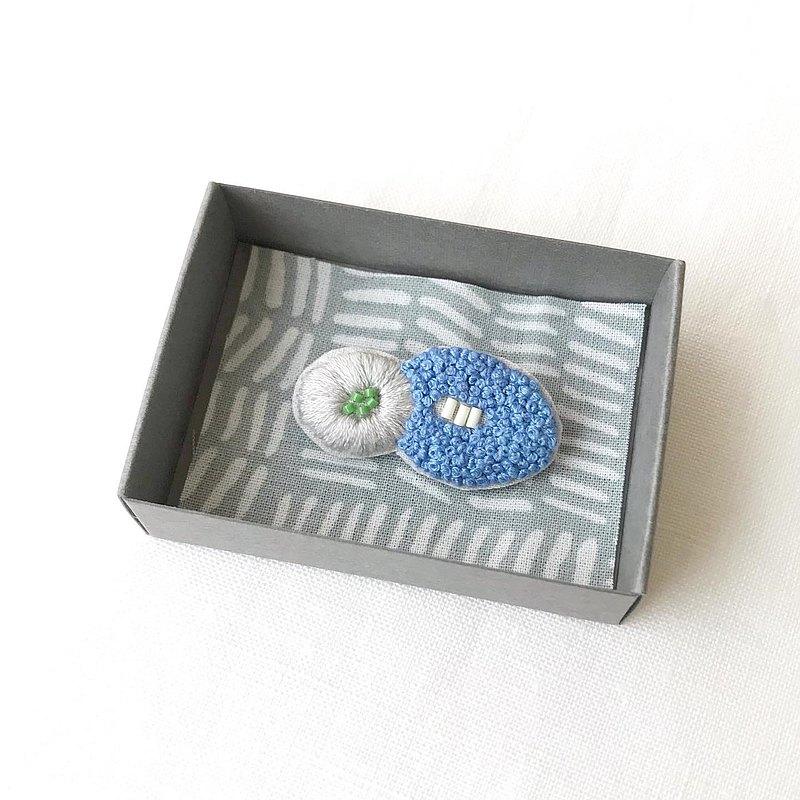 胸針/手工刺繡/花藍x灰001 /限量版/ 1件