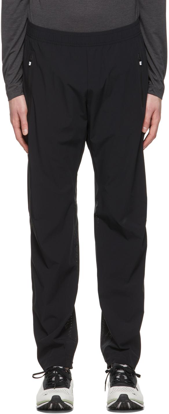 On 黑色宽松运动裤