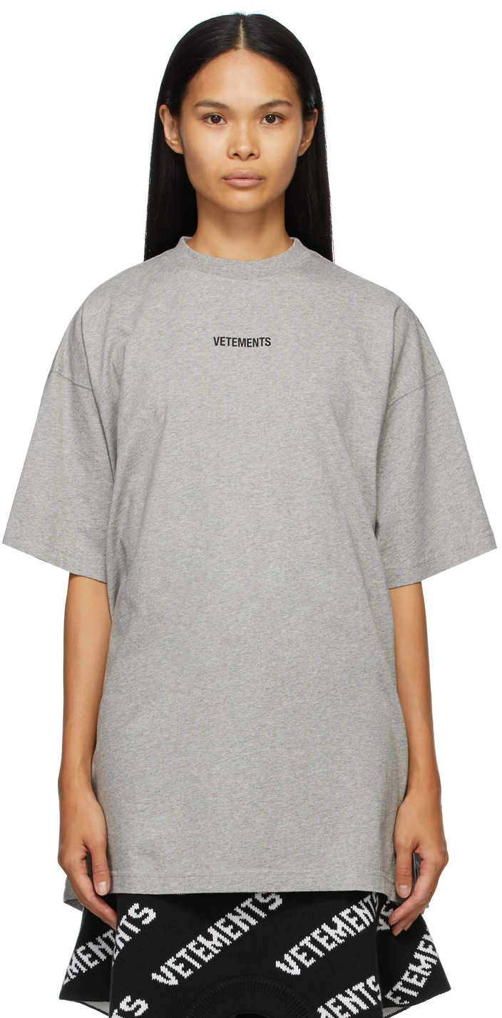 VETEMENTS 灰色徽标贴饰 T 恤