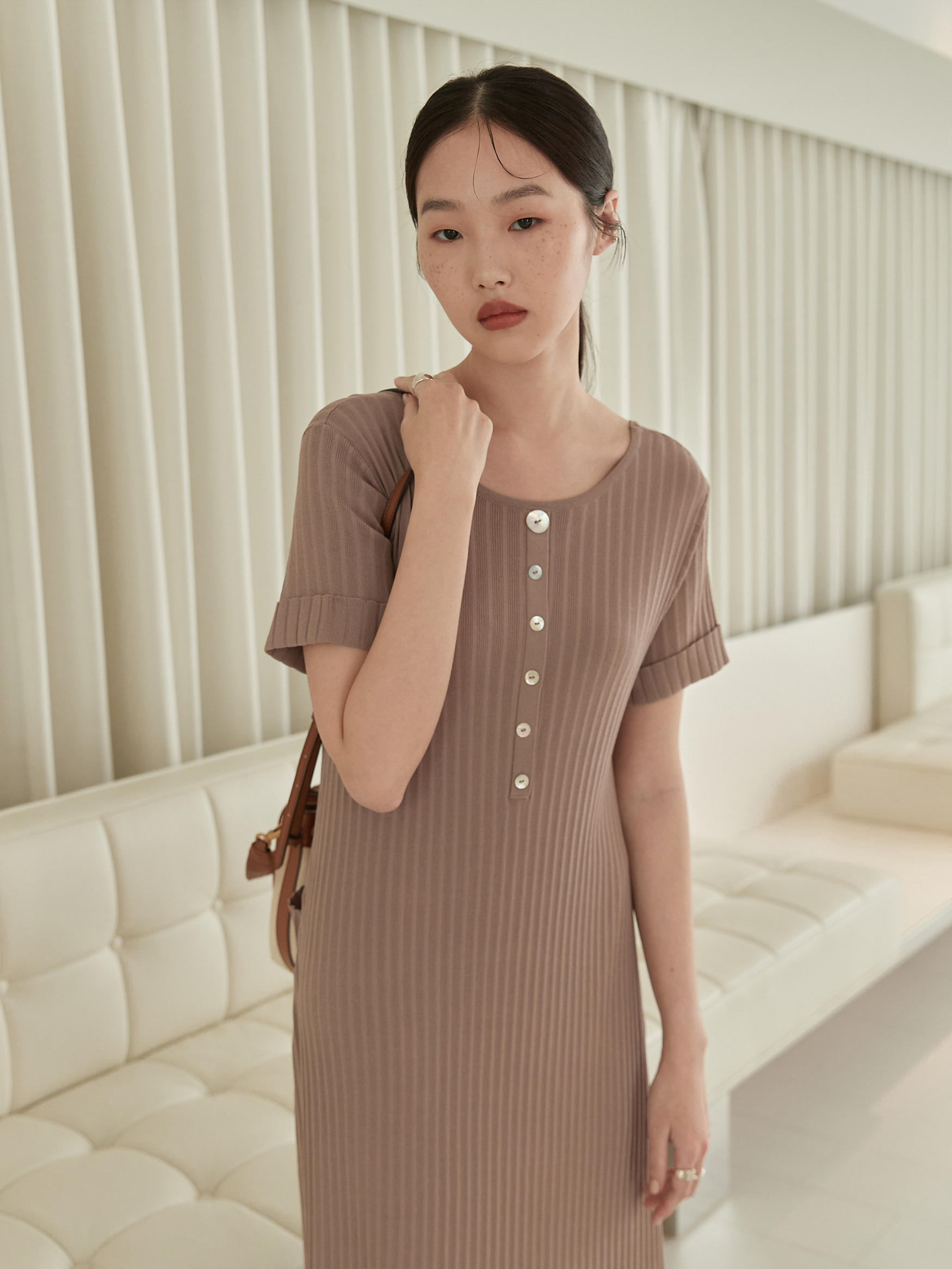圓領飾釦針織短袖洋裝-mouggan