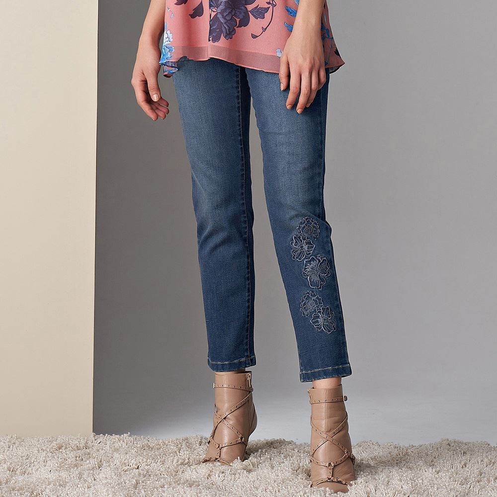 ILEY伊蕾 彈性花朵刺繡窄管褲(藍)083601