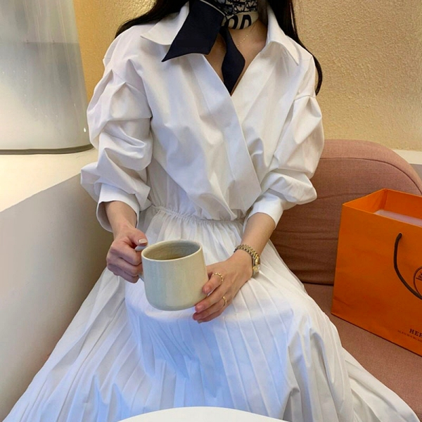 【限量現貨供應】連身裙 .優雅素面收腰V領百褶燈籠袖翻領洋裝.白鳥麗子