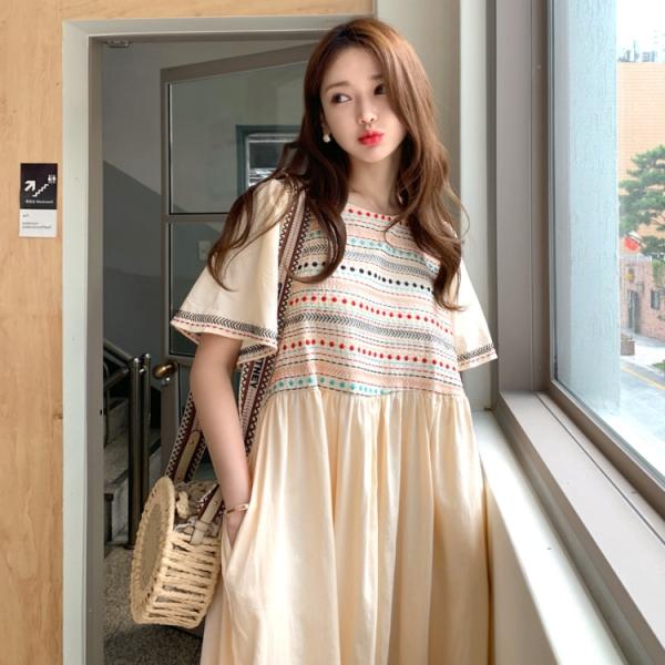 連身裙.日系清新撞色刺繡百褶圓領洋裝.白鳥麗子