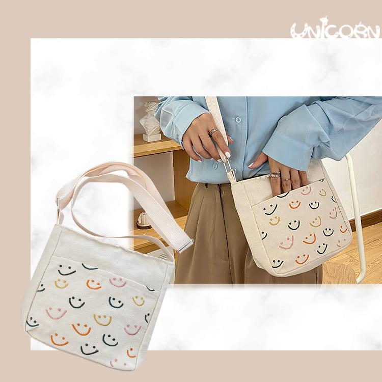 彩色微笑刺繡 帆布小方包 側背包 包包 手提包 肩背包 隨身包 小物包 出遊包【AS1090528】Unicorn手機殼