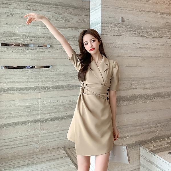 VK精品服飾 韓國風名媛氣質紐結收腰不規則下擺短袖洋裝