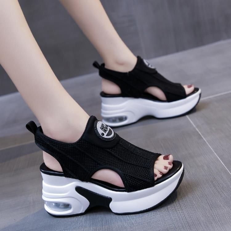夯貨折扣! 內增高厚底魚嘴涼鞋女士百搭2021年夏季新款鬆糕高跟坡跟運動時尚
