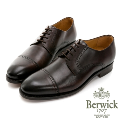 BERWICK西班牙進口-固特異工藝圓頭雕孔橫飾綁帶紳士鞋 -咖 835024KM