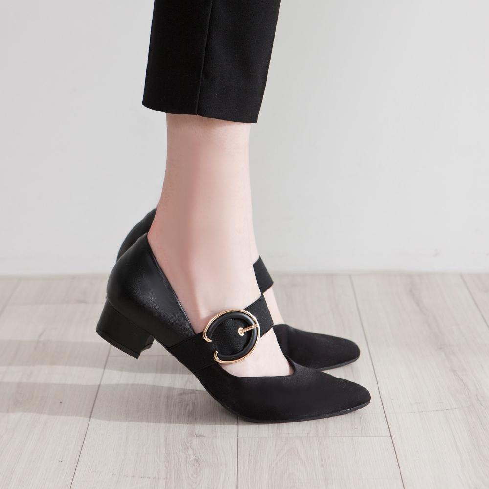 【新品】芯太軟  金屬飾釦剪裁設計尖頭低跟鞋  黑 (602370)