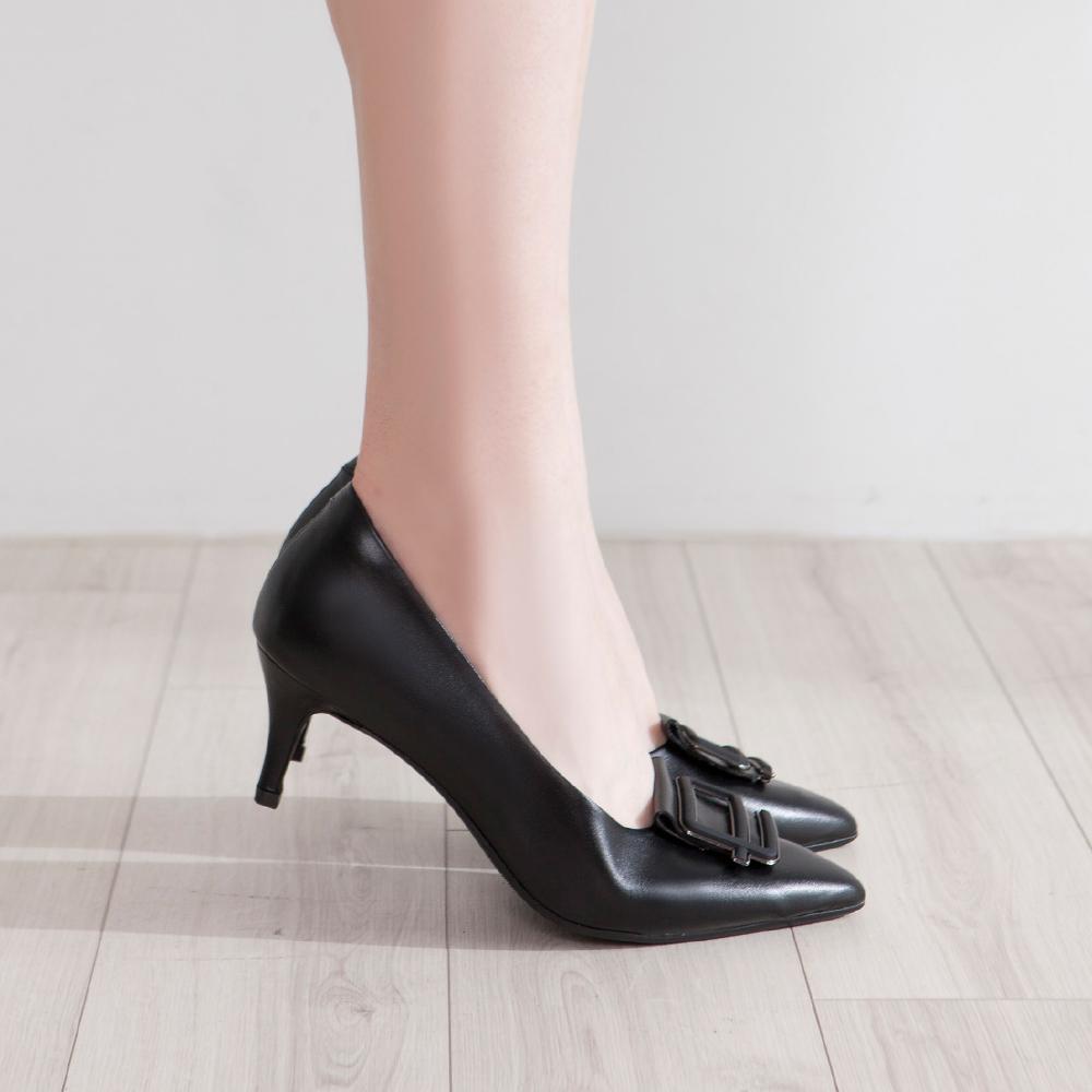 【新品】芯太軟  不規則飾釦尖頭高跟鞋 黑 (602371)