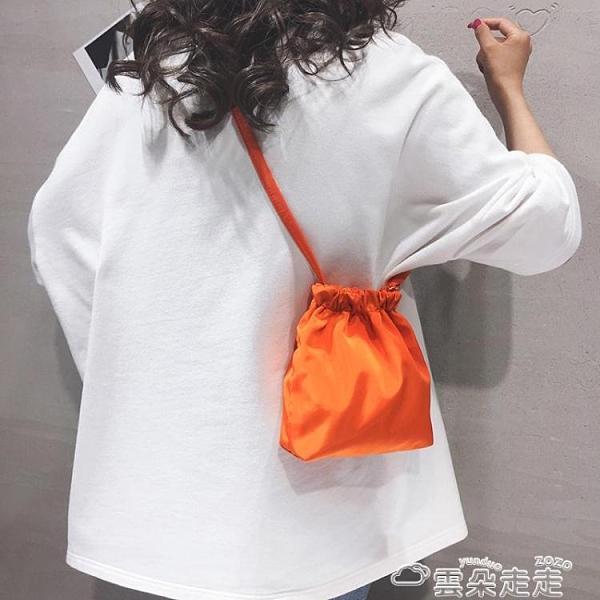 束口包素色休閒小包包女2021新款束口簡約側背包潮ins百搭抽繩斜背布袋 雲朵走走