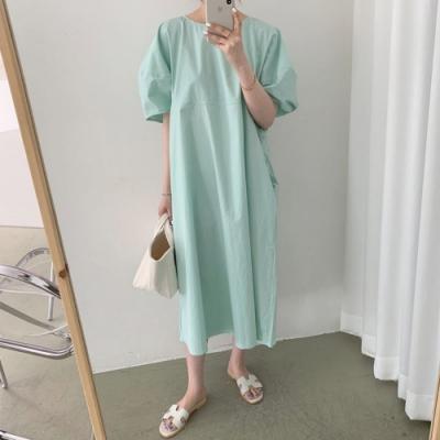 MOCO極簡主義素色圓弧壓折側口袋寬鬆遮肉泡泡袖連身洋裝