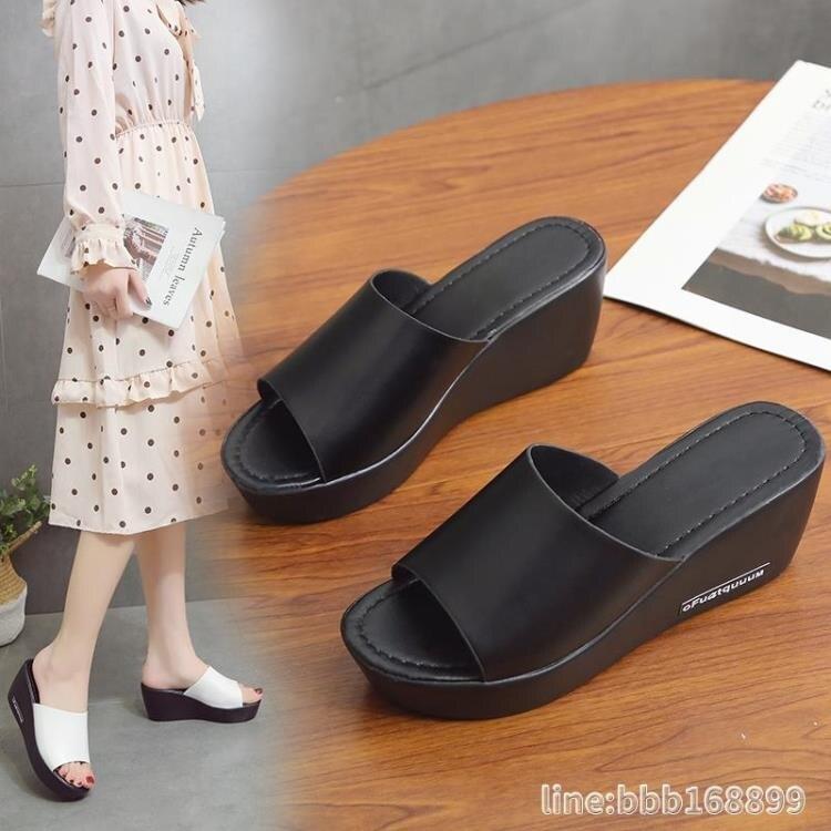 坡跟鞋 坡跟拖鞋女夏新款外穿厚底防滑涼鞋高跟一字拖防前后鬆糕涼鞋 摩可美家
