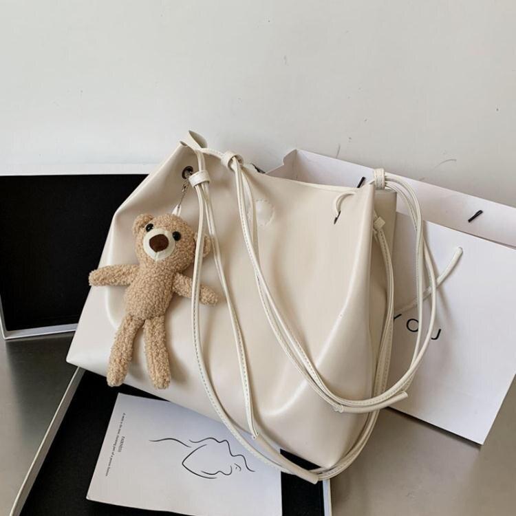 包包小眾設計新款潮大容量單肩包網紅時尚斜背包女士水桶大包