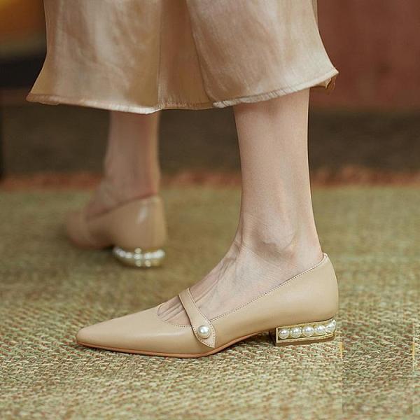 粗跟鞋 尖頭單鞋子女2021年夏季新款百搭一字扣粗跟珍珠軟皮仙女風穆勒鞋 伊蘿