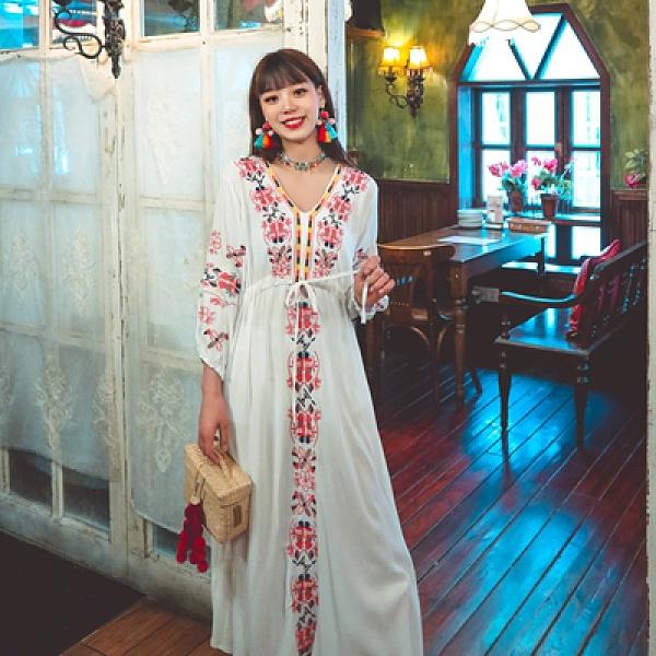 波西米亞長裙 民族風洋裝 重工刺繡V領系帶棉麻復古度假大擺連身裙四色NE603韓衣裳