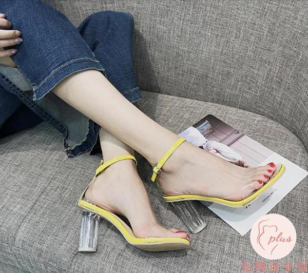 涼鞋女坡跟夏一字扣帶露趾粗跟小清新高跟鞋女透明水晶鞋【大碼百分百】
