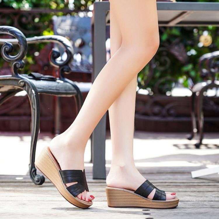 建百麗涼鞋女坡跟2021新款夏季外穿涼拖厚底鬆糕鞋高跟一字拖露趾 四季小屋