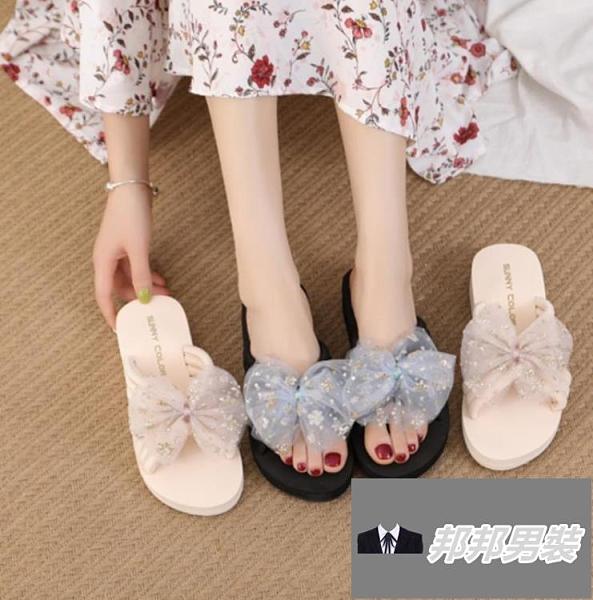 厚底時尚外穿沙灘鞋夏百搭一字拖防滑蝴蝶結涼拖鞋女坡跟【邦邦男裝】
