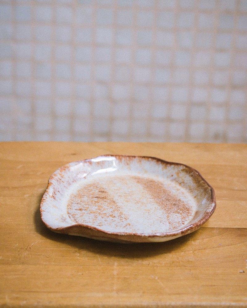 奶油色和鐵紅色釉質岩漿勺架