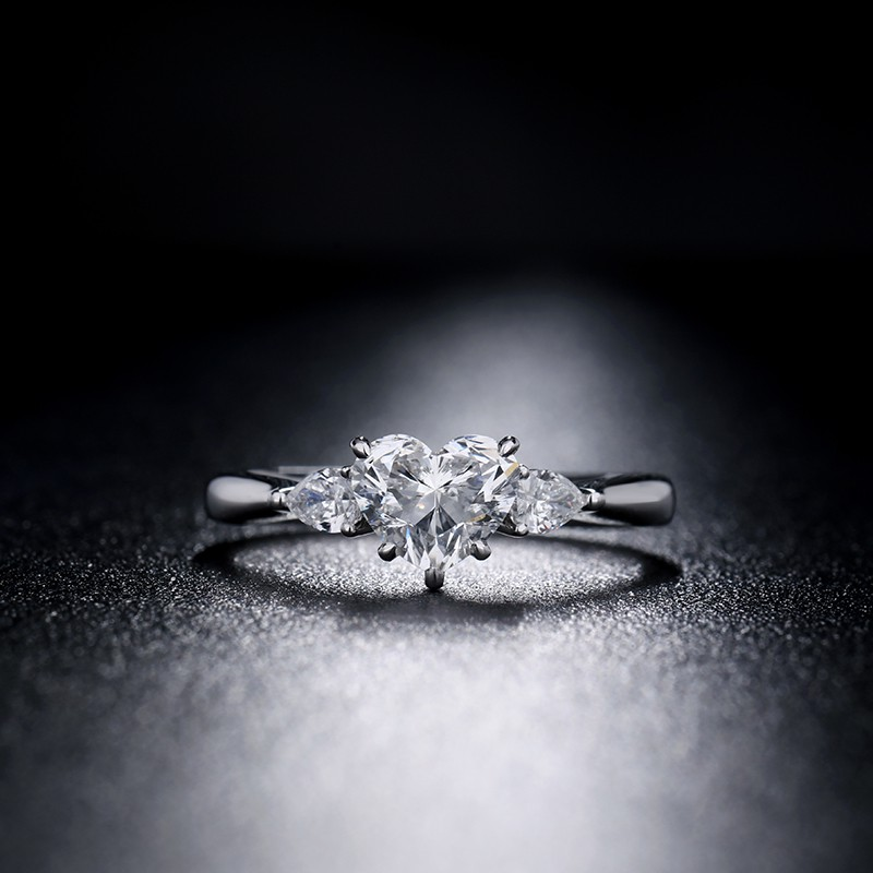 【巧品珠寶】天然鑽石心形切割主鑽搭配雙水滴襯托豪華款鑽戒