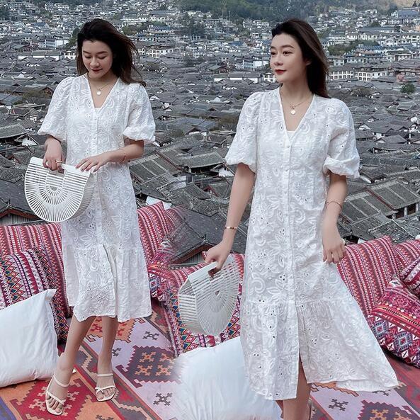 洋裝 短袖 裙子 S-XL新款超仙設計感白色V領寬鬆顯瘦鏤空刺繡連身裙T356-9367.胖胖美依