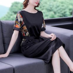 REKO-黑色拼接時尚印花柔靚滑順綁帶洋裝M-4XL