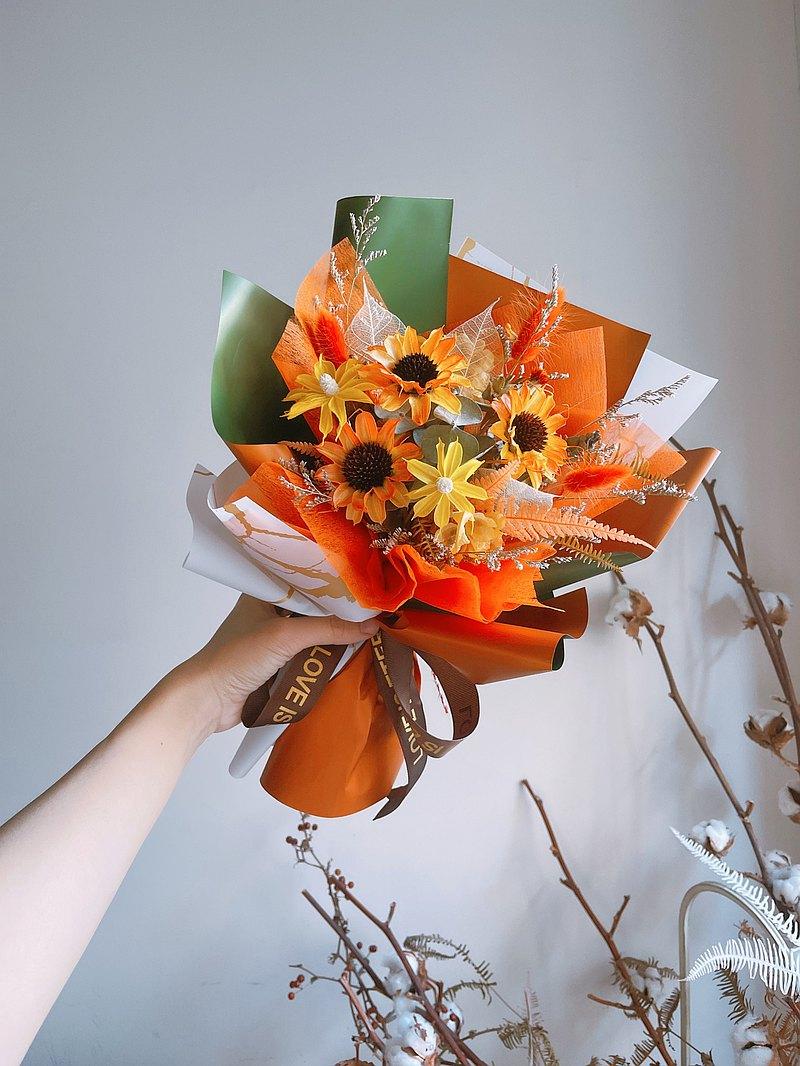 太陽如你 陽光灑落。 有你 便是晴天。植製太陽花 乾燥花束。