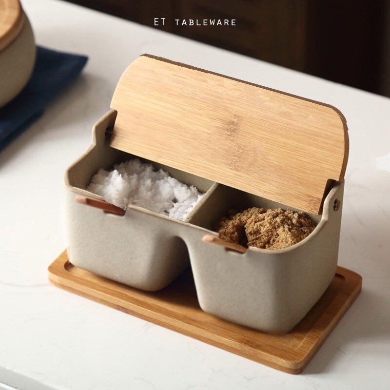 古樸 粗陶雙格調味組  單組 .外星人餐具    調味組-粗陶系正方雙格含木蓋(小匙*2+托盤*1)養生陶翻蓋調料罐配勺子 竹木蓋調料瓶 鹽罐味精調料盒 廚房用品
