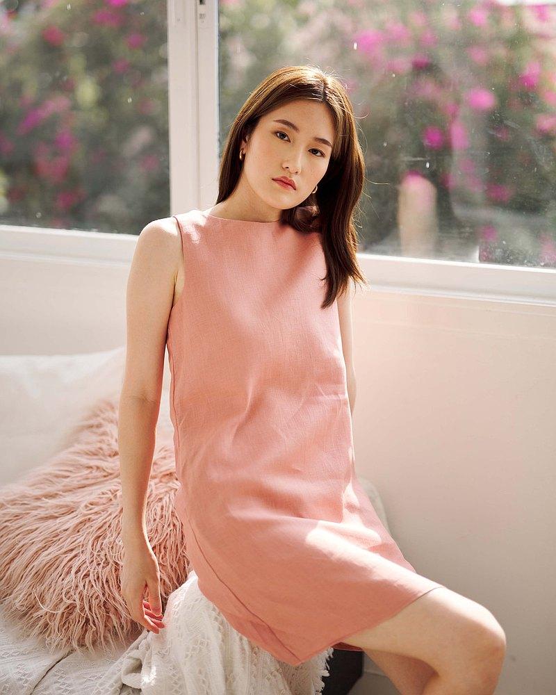 SUBE Canna 連衣裙-麻製成的玫瑰粉色 A 字無袖短款連衣裙。
