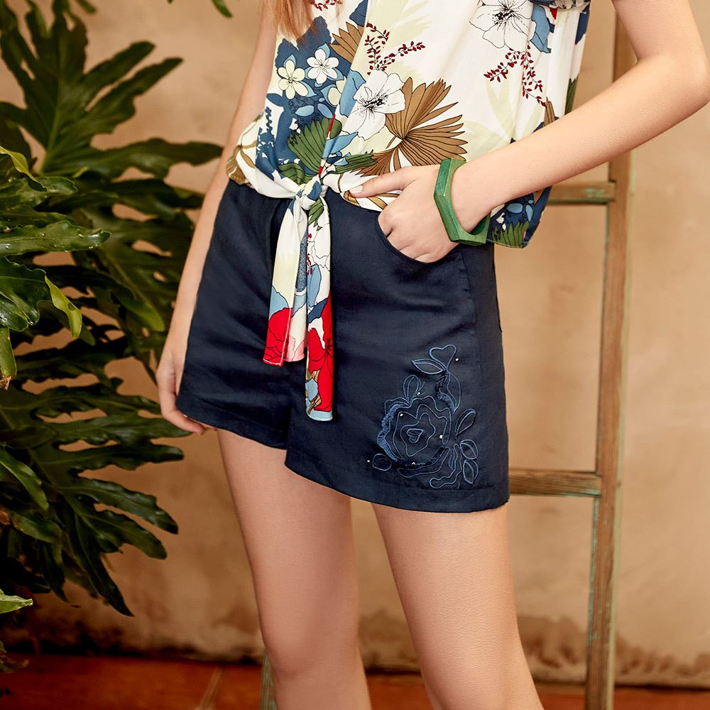 ILEY伊蕾 立體玫瑰刺繡棉麻短褲(深藍)1212076012