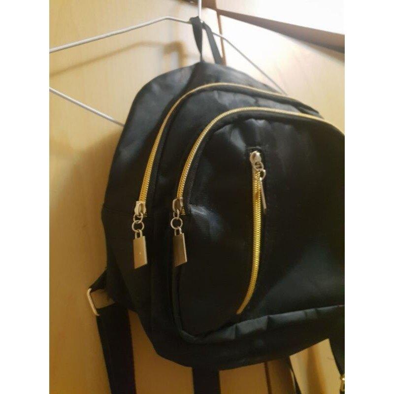 (二手)黑色後背包,時尚輕盈舒適,金色拉鍊防潑水,3020厚10公分9成新唯此一個