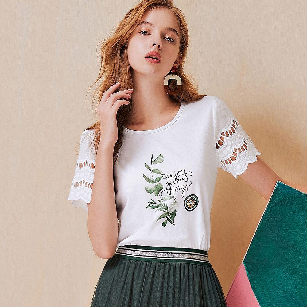 OUWEY歐薇 縷空蕾絲拼接花草字母膠印高含棉上衣(白)3212061207